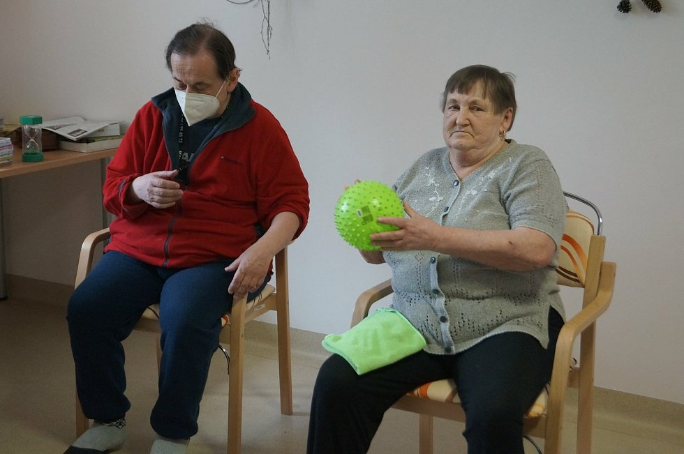 V Integrovaném centru sociálních služeb v Jihlavě na Žižkově ulici klienti nezahálí ani v dubnu. Trénují paměť, motoriku a také cvičí.