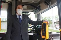 Ředitel Dopravního podniku města Jihlavy Radim Rovner představil přístroj, který už zvládne bezkontaktní platby kartou.