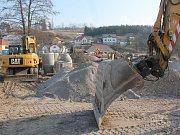 V mrazu nepracují. V Bítovčicích nedaleko Luk nad Jihlavou začala před pár měsíci výstavba stokové sítě a novostavba čistírny odpadních vod. Podílí se na tři firmy. Stavební technika však nyní už pár dní stojí.