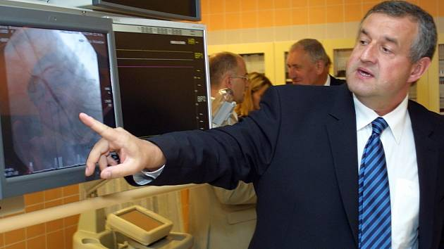 Kardiolog Ladislav Pešl představuje přístroje v novém jihlavském kardiocentru.