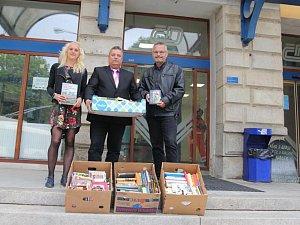 Knihy převzal osobně z rukou jednatele ASMJ Radka Kourka přednosta osobní stanice Jihlava Vladimír Šabata.
