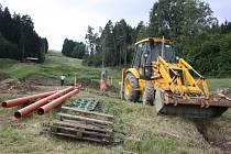 Dělníci na sjezdovce nyní budují základy pro sedačkovou lanovku. Hotovo by mělo být v prosinci.