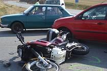 K srážce motocyklu s osobním vozem v kopci Kolíbl na křižovatce silnice na Puklice vyjížděla v pátek odpoledne hlídka jihlavské dopravní policie.