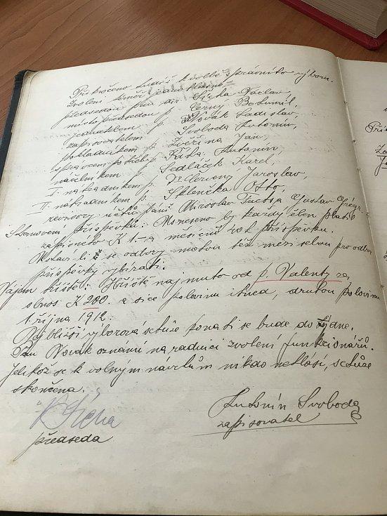 2. strana zápisu z valné hromady konané dne 20. dubna 1912, na které se poprvé objevil název Sportovní klub Jihlava. Nahoře jmenovitý seznam zvoleného výboru SK.