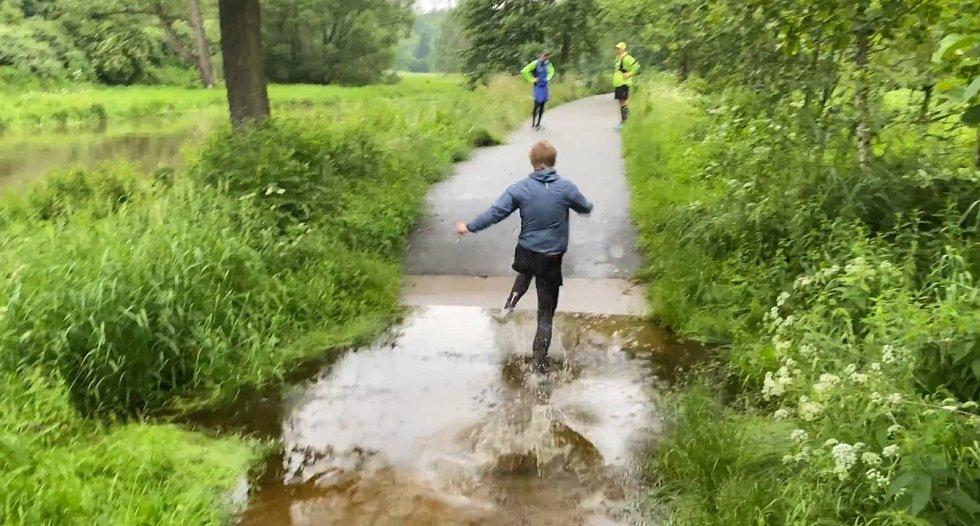 Hlubokou vodu musela překonat i parta přátel z Třebíče při běhu z Raabsu do Jihlavy.