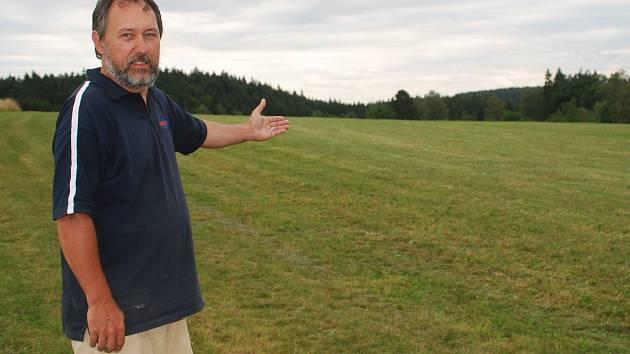 Starosta Ježené Petr Červinka ukazuje pozemek, kvůli němuž skončil před soudem