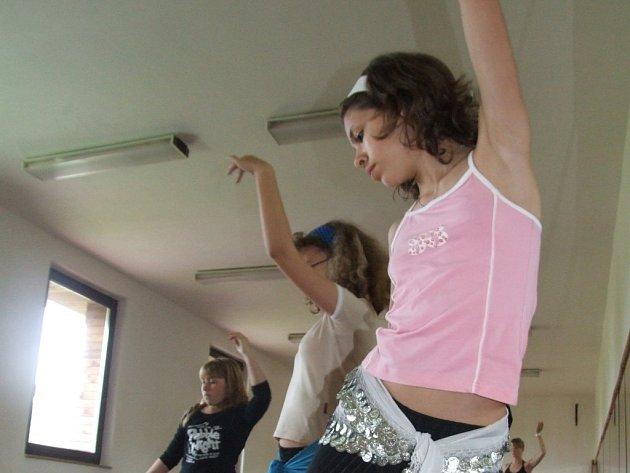 Třináctiletá Aneta Vondrová, která se probojovala do sobotního klání o dětskou královnu orientálních tanců.