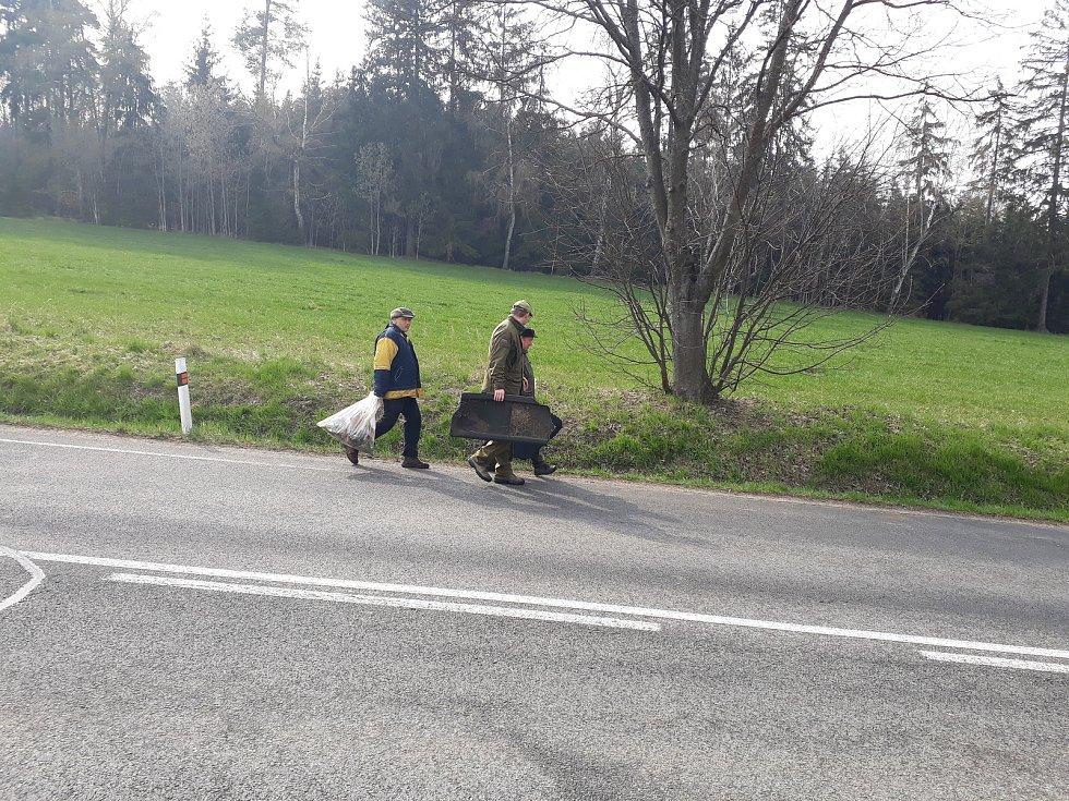 Odpadky na výpadovce z Hodic do Telče mívají každý rok podobný charakter. Kelímky, pet lahve, obaly od cigaret a kusy aut. Moto klub Hodice a Myslivecké sdružení Stráň vyčistili struhy u silnice v neděli 14. dubna v rámci akce Čistá Vysočina.