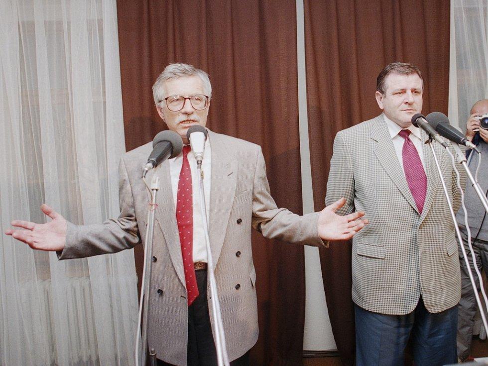 Český premiér a předseda ODS Václav Klaus (vlevo) a slovenský premiér a předseda HZDS Vladimír Mečiar na tiskové konferenci, která se uskutečnila v Jihlavě po ukončení schůzky reprezentace ODS a HZDS. Federace zanikne, dozvěděli se přítomní novináři.