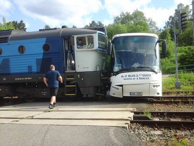V úterý navečer se v Lukách nad Jihlavou srazil autobus s vlakem
