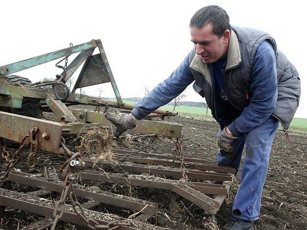 Zemědělci se při prvním výjezdu do polí museli poprat kromě techniky i se škůdci.