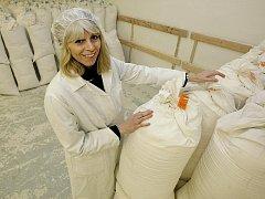 Padesát tun pšenice a žita a dalších osm tun ekologického obilí denně umele mlýn v Březníku. Ředitelka Alexandra Ruberová ukazuje prostory, kde se mouka plní do pytlů.