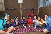 Jiřina Petrová (na snímku vlevo) navštívila i školu v horách, ve které byly děti čtyřiadvacet hodin denně, protože o své rodiče přišly při zemětřesení.
