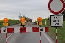 Silnice na konci Brtnice momentálně nikam nevede. Povrch je vybroušený a bude se dělat nový.