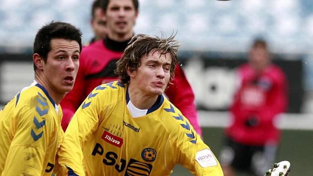 Fotbalisté Jihlavy vyhráli na hřišti Českých Budějovic díky gólu mladíčka Tomáše Kučery. (vlevo)