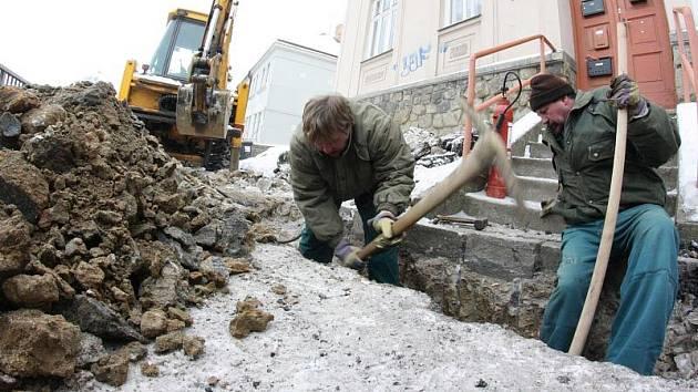 Havárie vodovodního a plynového potrubí. Ilustrační foto.