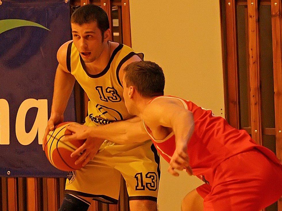 Basketbalisté BK Jihlava (s míčem Tomáš Solař) se po pádu z II. ligy připravují na novou sezonu v Jihomoravském oblastním přebor.