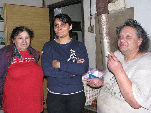 Ženy z baráku v Mirošově nevěří ve změnu k lepšímu. Probírají oteplení. Nebudou muset tolik topit a ušetří dřevo.