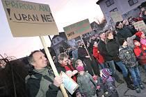 Hesla. Přírodu ano, uran ne. Uranový důl chtěl by tu jen vůl. S takovými hesly na transparentech přišli lidé na protestní akci minulý pátek večer ke kulturnímu domu do Brzkova.
