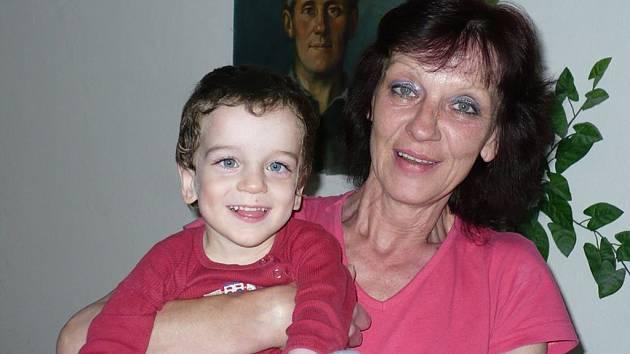 Babička s vnukem. Malý Samuel je veselý chlapec, který ovšem neměl lehký start do života.