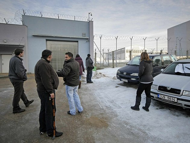 Zatímco příbuzní amnestovaných vězňů se radovali a čekali i dlouhé hodiny na propuštění svých blízkých u věznic, jako třeba v Rapoticích na Třebíčsku (na snímku), soudům nastaly dny náročné administrativní práce.