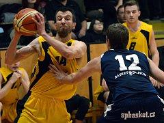 Jihlavští basketbalisté (ve žlutém) splnili plán a nedělní domácí duel se Sokolem Pražským dovedli bez komplikací do zdárného konce.