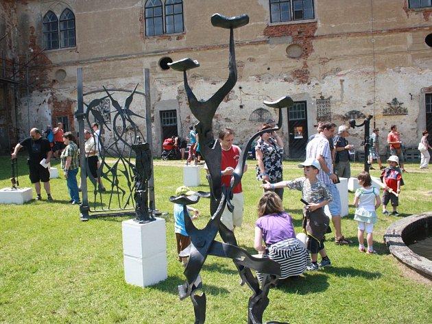 O každém prázdninovém víkendu je na brtnickém zámku k vidění výstava děl z akce Brtnické kovadliny, která se tam koná jednou za dva roky.
