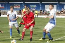 Fotbalisté Slavoje Polná (v modrobílých dresech) už začali trénovat a zápasy zřejmě přidají také.