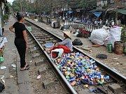 Na kolejích Vietnamci v klidu pracují.