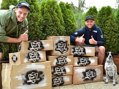 Zleva David Šoukal a Marek Lupač připravují zásilky s rybářskými potřebami.