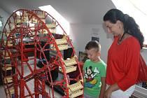 Ruské kolo. Na Bráně Matky Boží v Jihlavě právě probíhá výstava Merkuru. Malí návštěvníci mají šanci si exponáty prohlédnout, některé sami vyzkoušet a v herně postavit vlastní modely. Výstavu navštívilo za dva měsíce přes patnáct set lidí.