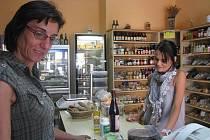 Důvěřivosti či malé pozornosti využívají někteří podvodníci při kontaktu s prodavači v obchodech. Pod různými záminkami se jim občas podaří vylákat peníze. Ilustrační foto.