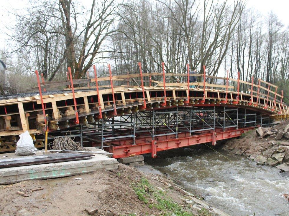Nová lávka. Celkové náklady za nový úsek cyklostezky, i včetně mostku činí téměř sedm milionů korun.