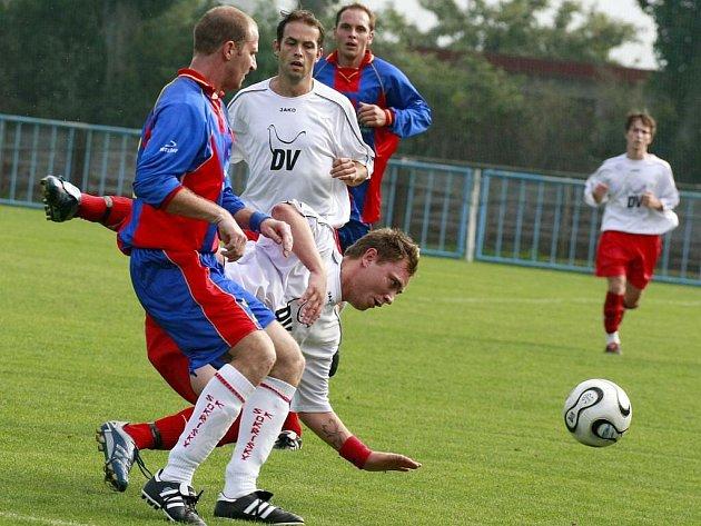 Symbolicky vyznívá pád moravskobudějovického útočníka Josefa Šplíchala (v bílém). Poslední celek tabulky poprvé  vyhrál až ve svém posledním zápase, doma proti Ždírci nad Doubravou.