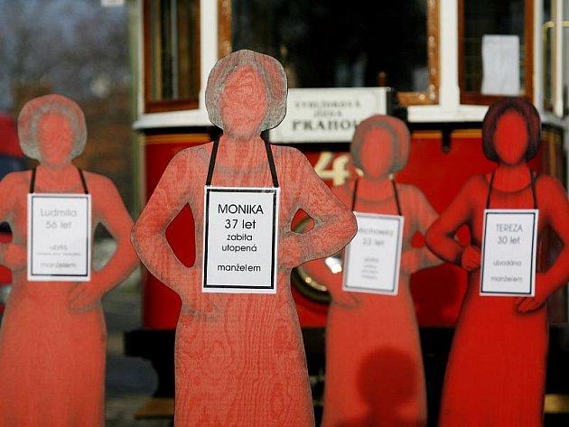 Upozornit na problém domácího násilí chtěli před časem organizátoři celostátní kampaně, jejíž součástí byla i propagační tramvaj.