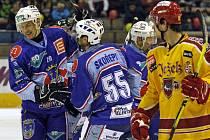 Hokejisté Chomutova slaví po jednom z pondělních gólů, jihlavský útočník David Dolníček (vpravo) jen posmutněle přihlíží. Dukla držela s favorizovaným soupeřem krok, přesto ve čtvrtfinále první ligy prohrála 0:4 na zápasy.