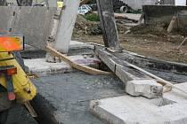 Dělník podlehl zraněním, když jej při stavbě silážní jámy zavalil betonový panel ve tvaru A (vpravo).