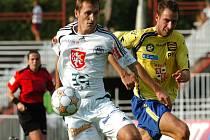 Byl to jeho zápas. Rychlonohý útočník Hradce Králové Ivo Svoboda (v bílém uniká jihlavskému obránci Peteru Šedivému) vstřelil svému bývalému klubu z Jihlavy dva góly.