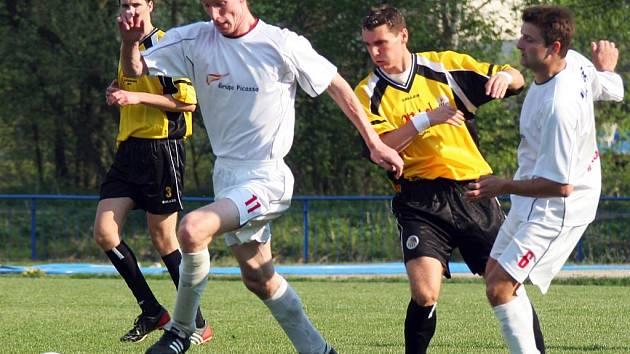 Ani vytáhlý Jaroslav Körber (u míče) se ve Velké Bíteši neprosadil. Polná tak nadále v jarní části hledá spolehlivého střelce.