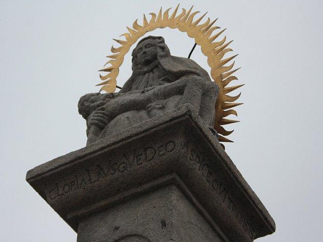 Detail sloupu se sousoším Piety za City Parkem, kde začíná nová Pivovarská naučná stezka. V místě před bývalou Brtnickou branou se dříve nacházela chmelnice.