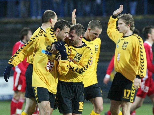 V pátek 2.srpna na fotbalisty FC Vysočina čeká silný Fulnek, který loni Jihlavě sebral čtyři body. Kapitán Petr Faldyna (vlevo) ovšem veří, že když na stadion přijde hodně fanoušků, kteří celé mužstvo poženou dopředu, jeho tým zápas zvládne.