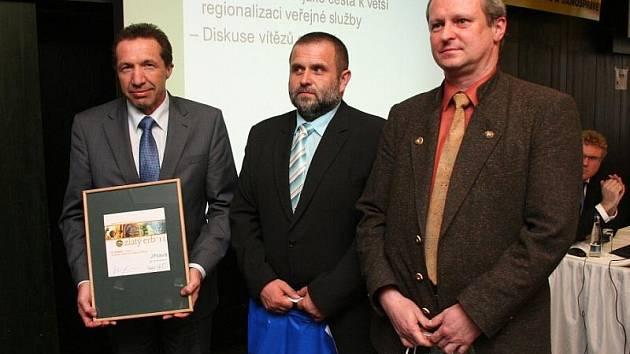 Primátor Jaroslav Vymazal přebíral v Hradci Králové cenu spolu stajemníkem jihlavského magistrátu Lubomírem Dohnalem a vedoucím odboru informatiky Vladimírem Křivánkem.