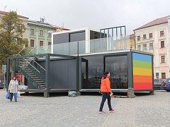 Kontejnery. V horní části jihlavského Masarykova náměstí stojí prosklené kontejnery, v nichž organizátoři Mezinárodního festivalu dokumentárních filmů Jihlava představí svou dvacetiletou historii.