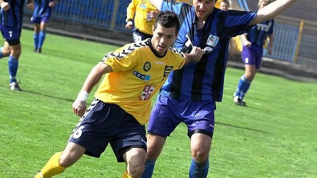 Michal Vyskočil (ve žlutém) byl jedním z vůdců jihlavské juniorky v náročné podzimní části MSFL.