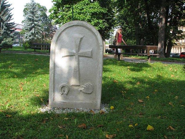 Od konce srpna stojí křížový kámen ve Smetanových sadech u Horáckého zimního stadionu. Zastupitel Herzán ho chtěl věnovat městu.