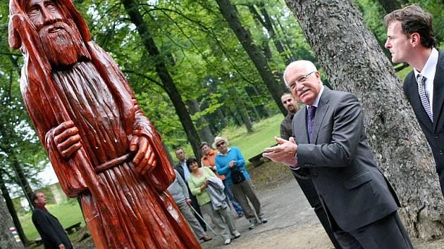 Václav Klaus s manželkou Livií poobědvali v Poutním hotelu Křemešník. Na Křemešníku také hlava státu slavnostně odhalila téměř dvoumetrovou dřevěnou sochu poutníka.