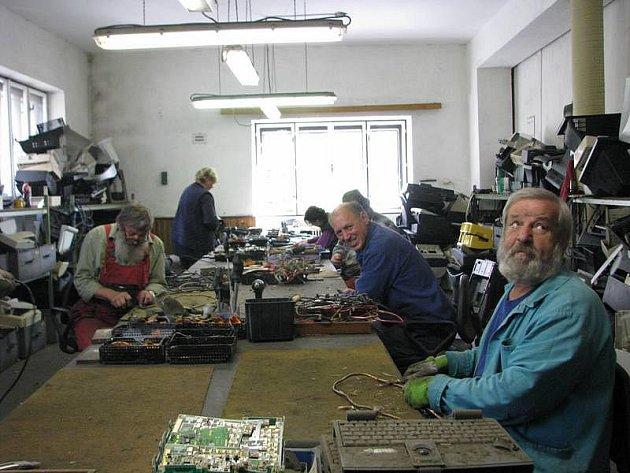 Například staré monitory, zmiňované televizory či rádia z Vysočiny často končí v chráněné dílně ve Veselíčku na Žďársku. Ta zaměstnává patnáct lidí v částečném invalidním důchodu, kteří elektroodpad rozebírají na součástky, jež je možná dále využít.