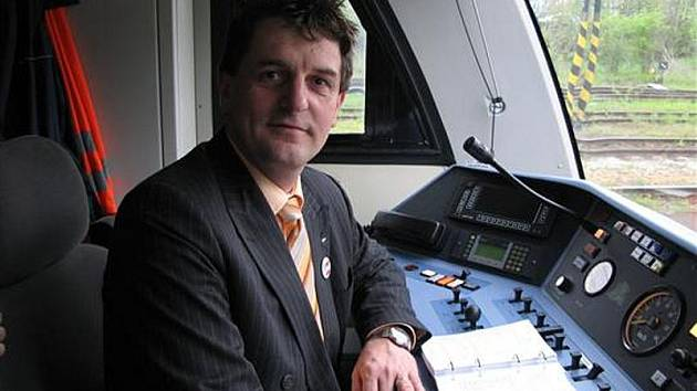 Takto Libor Joukl pózoval za řízením vlaku Stadler Regio Shuttle, který jako hejtmanův náměstek pro dopravu představoval cestujícím.