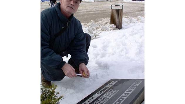 Cestovatel Vladimír Kříž ve středu zapálil u pomníčku oběti komunistického režimu svíčku.