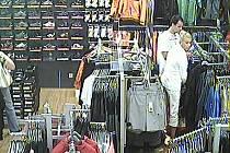 Někdy zloděje v obchodech odhalí průmyslové kamery. Jako třeba dvojici nasnímku, který pochází z kamery jednoho z obchodů v jihlavském City Parku.
